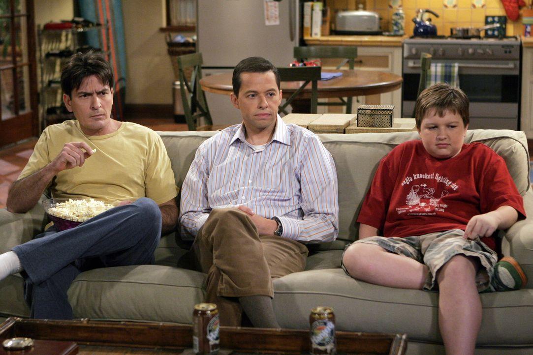 Männerabend: Charlie (Charlie Sheen, l.) Alan (Jon Cryer, M.) und Jake (Angus T. Jones, r.) ... - Bildquelle: Warner Brothers Entertainment Inc.