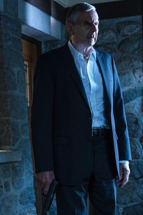 Der rauchende Mann (William B. Davis) macht Mulder ein Angebot und lässt ihm keine große Entscheidungsfreiheit. Denn sollte er ablehnen, droht eine... - Bildquelle: 2016 Fox and its related entities.  All rights reserved.