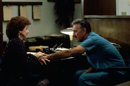 Quincy - Marsha Leventhal (Chevi Colton, l.) bittet Quincy (Jack Klugman, r.)...