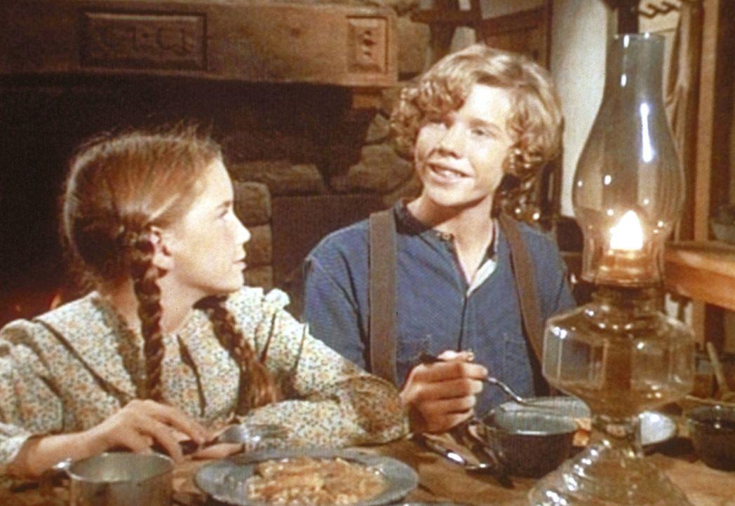 Gemeinsam essen Laura (Melissa Gilbert, l.) und ihr neuer Freund Jason (Eric Shea, r.) zu Abend. - Bildquelle: Worldvision