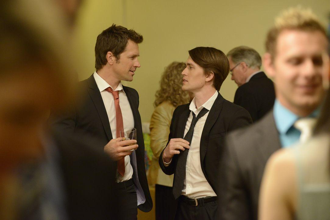 Das Zusammentreffen von Philip (Paul Greene, l.) und Daniel (Michael Luckett, r.) sorgt für große Sorgen bei Elena ... - Bildquelle: 2014 She-Wolf Season 1 Productions Inc.