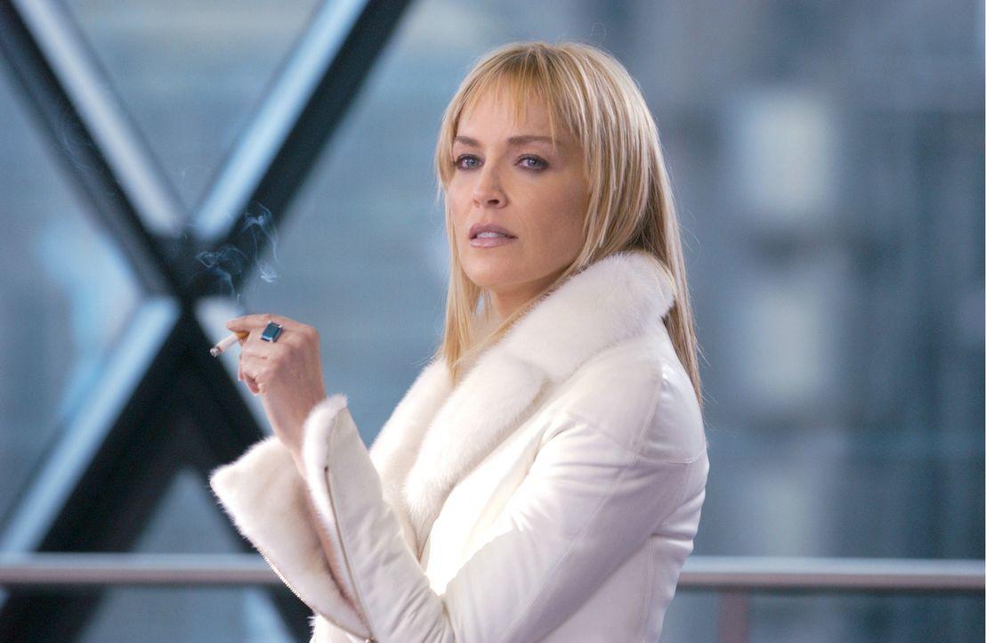 Kaum in einer neuen Stadt und schon ist die aufreizende Krimin-Autorin Catherine Tramell (Sharon Stone) erneut in einen Mordfall verwickelt! - Bildquelle: Constantin Film