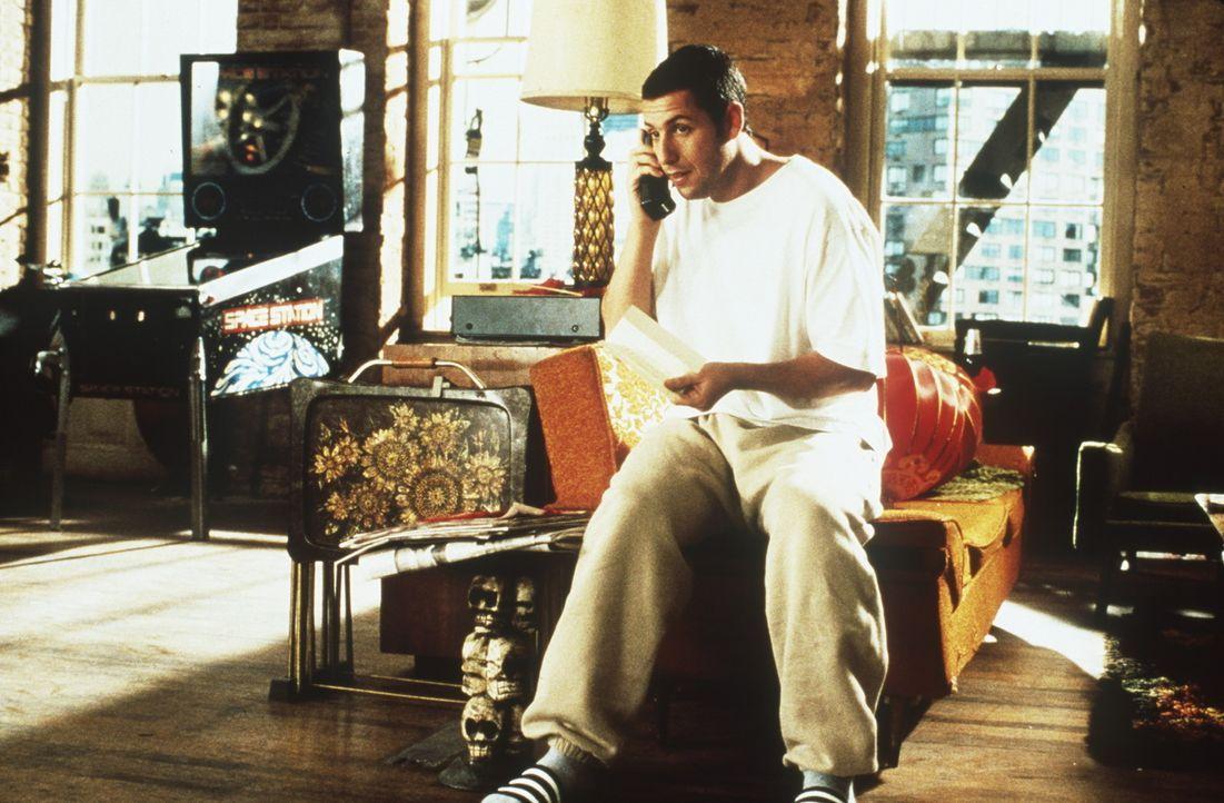 Während seine Schulfreunde alle Karriere machen, genießt Sonny (Adam Sandler) sein Leben mit dem Geld, das er einst nach einem Unfall erstritten h... - Bildquelle: Columbia TriStar
