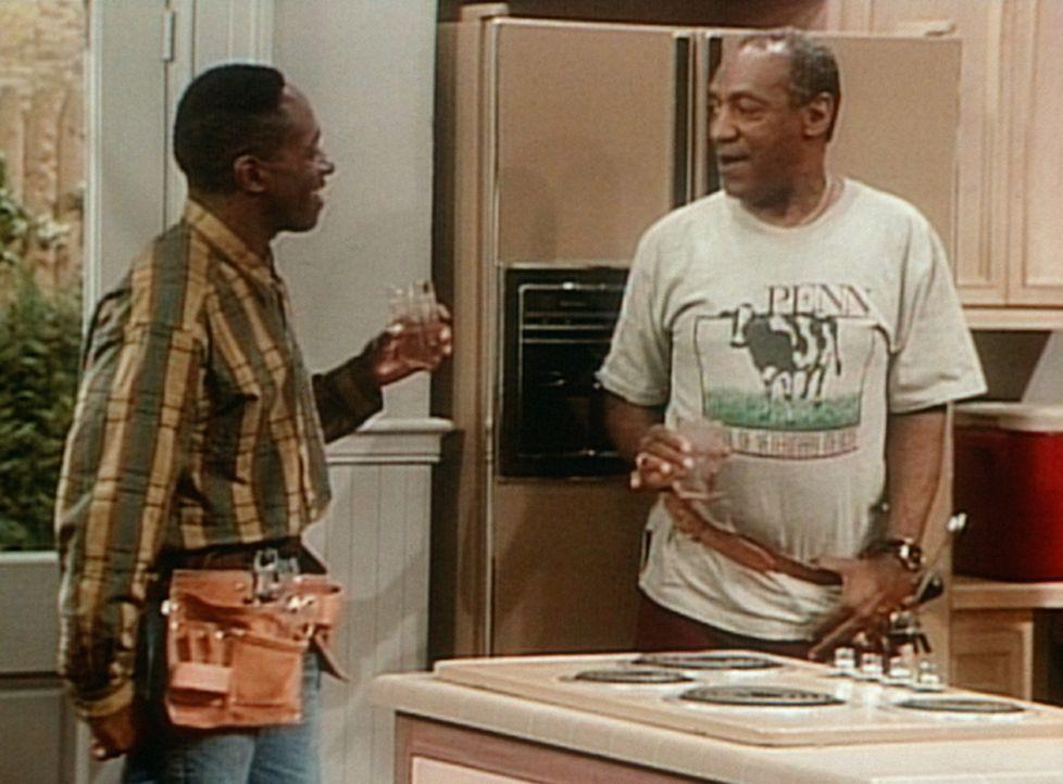 Mit Hilfe von Vanessas Verlobtem Dabnis (William Thomas, l.) ist es Cliff (Bill Cosby, r.) endlich gelungen, seinen hypermodernen Kühlschrank anzus... - Bildquelle: Viacom