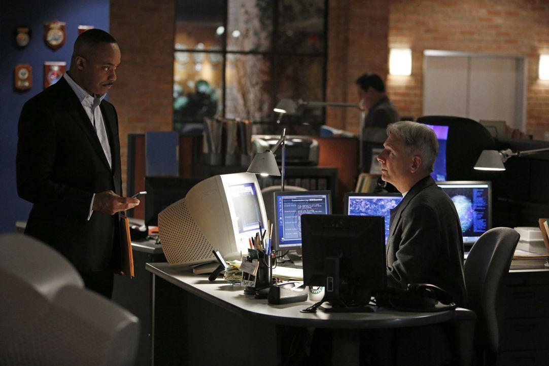 Während Leon Vance (Rocky Carroll, l.) auf Papiere und ein Schließfach von seiner toten Frau Jackie stößt, die ihn an ihrer Liebe zu ihm  zweifeln l... - Bildquelle: CBS Television