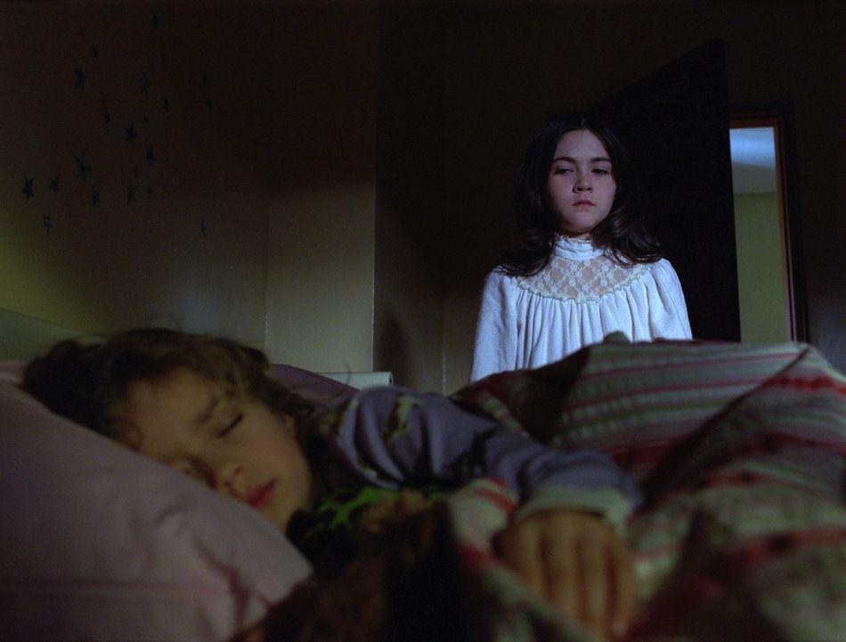 Adoptivkind Esther (Isabelle Fuhrman, r.) ist ein Miststück erster Güte. Als zunächst unschuldiges Mädchen getarnt, gelingt es ihr, ihre Adoptiv... - Bildquelle: Kinowelt