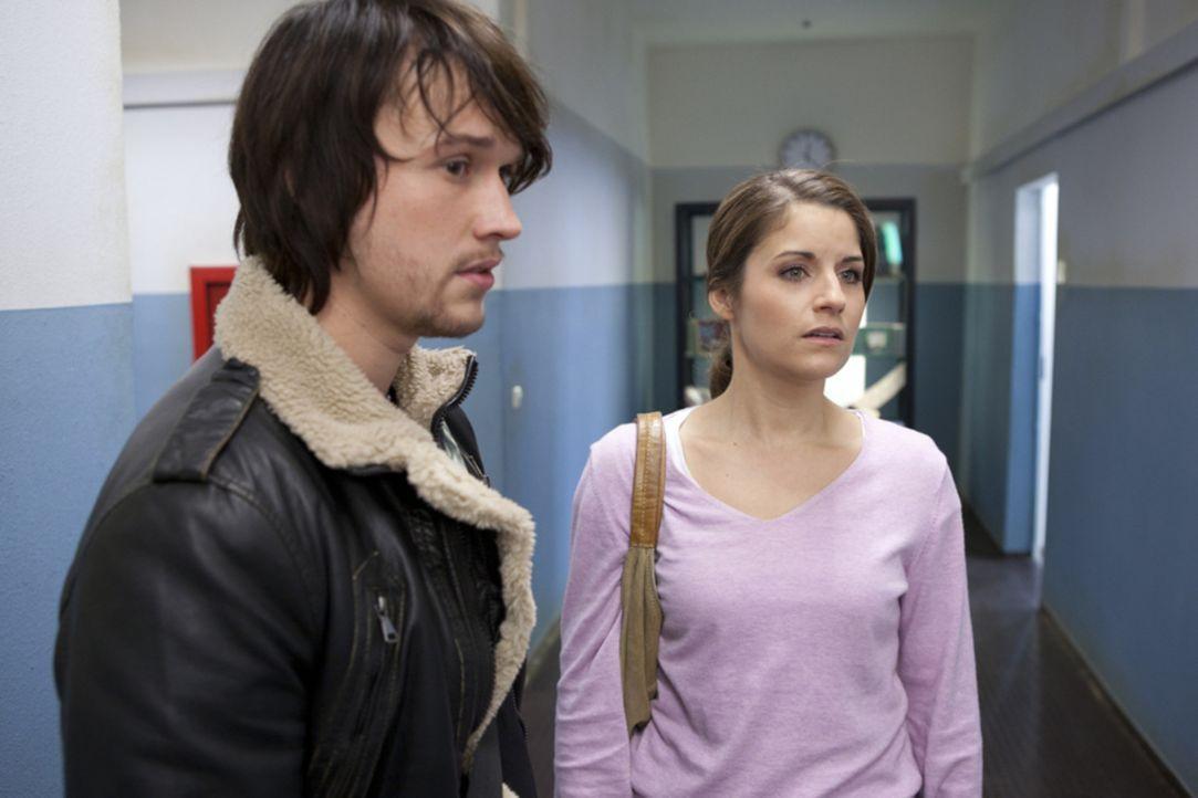 Als Ben (Christopher Kohn, l.) zufällig mit Bea (Vanessa Jung, r.) zusammenstößt, die durch einen unglücklichen Zufall davon ausgeht, dass Caro... - Bildquelle: SAT.1