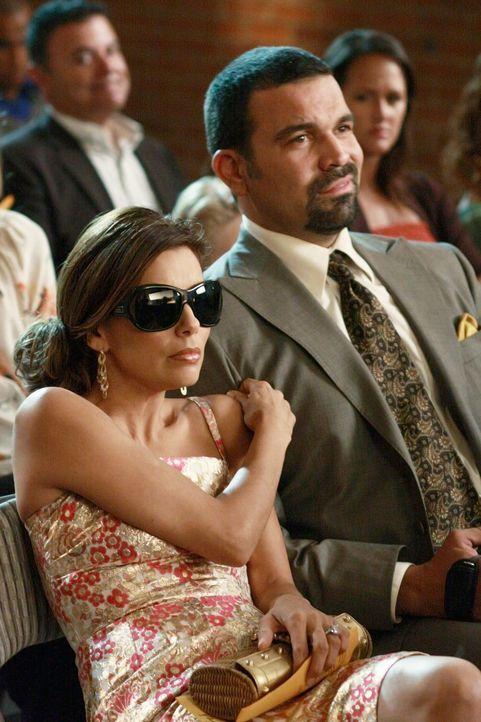 Während die Dramen in der Wisteria Lane nicht abnehmen, besuchen Gabrielle (Eva Longoria, l.) und Carlos (Ricardo Antonio Chavira, r.) eine Schulauf... - Bildquelle: ABC Studios