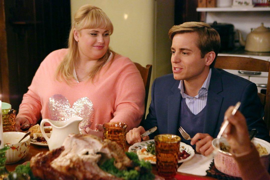 """Alles sieht nach einer """"Super Fun Christmas""""-Nacht für Kimmie (Rebel Wilson, l.) und Richard (Kevin Bishop, r.) aus, doch dann stürmt Kendall plötzl... - Bildquelle: Warner Brothers"""