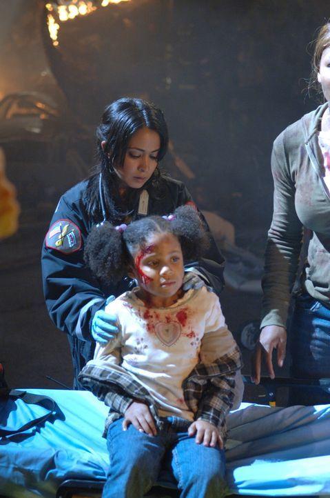 Unter Einsatz ihres Lebens, hat Neela (Parminder Nagra, hinten) die kleine Olive (Naomi Belgrave, vorne) aus einem brennenden Haus gerettet ... - Bildquelle: Warner Bros. Television