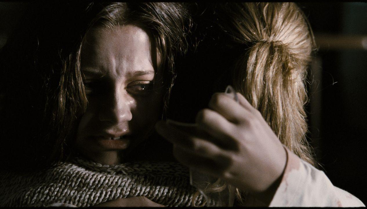 Stephanie (Kyra Sedgwick, r.) versteht nicht, welcher Teufel seit neuestem ihre Tochter Em (Natasha Calis, l.) reitet. Woher kommen diese grauenvoll... - Bildquelle: Diyah Pera Box Productions, LLC 2011