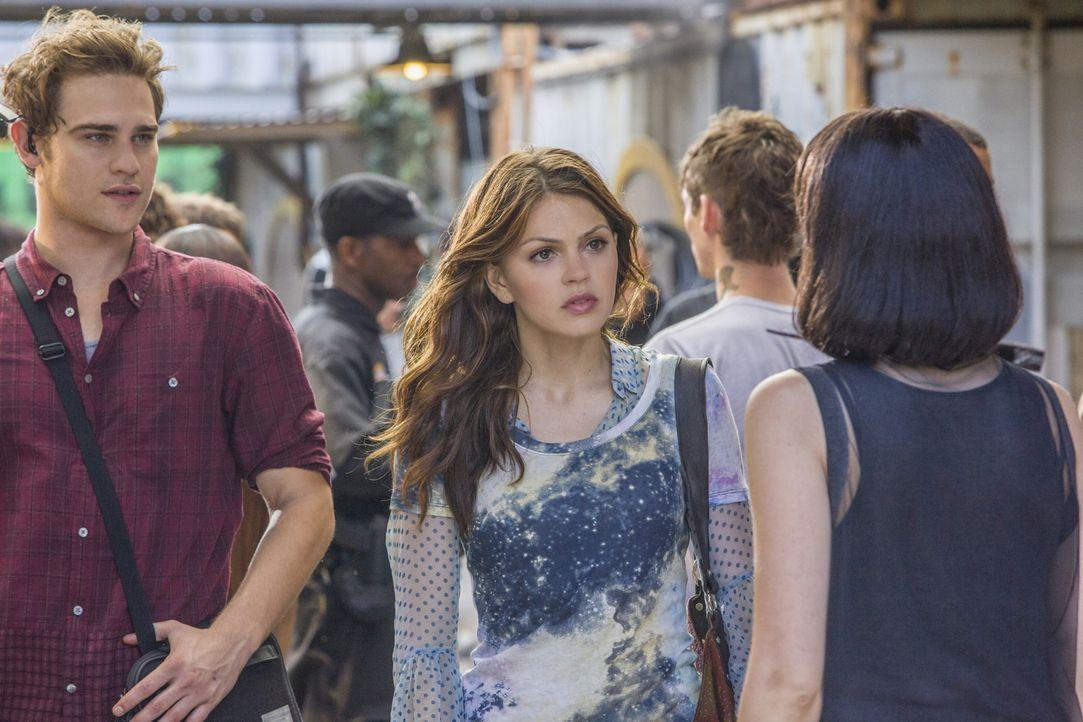 Grayson (Grey Damon, l.) und Emery (Aimeé Teegarden, r.) dürfen ihren Besuch im Sektor dokumentieren und bekommen dank Sophia einen tiefen Einblick... - Bildquelle: 2014 The CW Network, LLC. All rights reserved.