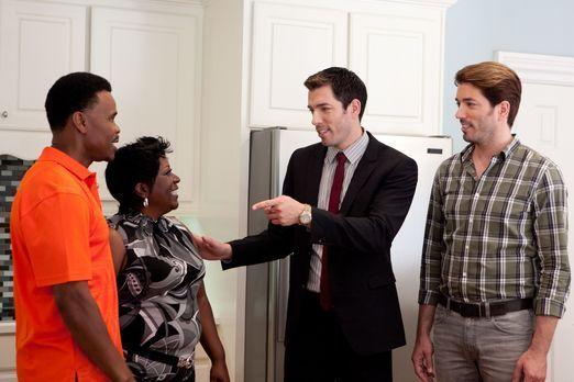 Fred (l.) und Edith (2.v.l.) suchen nach einem Haus, in dem sie für ihre Fami...