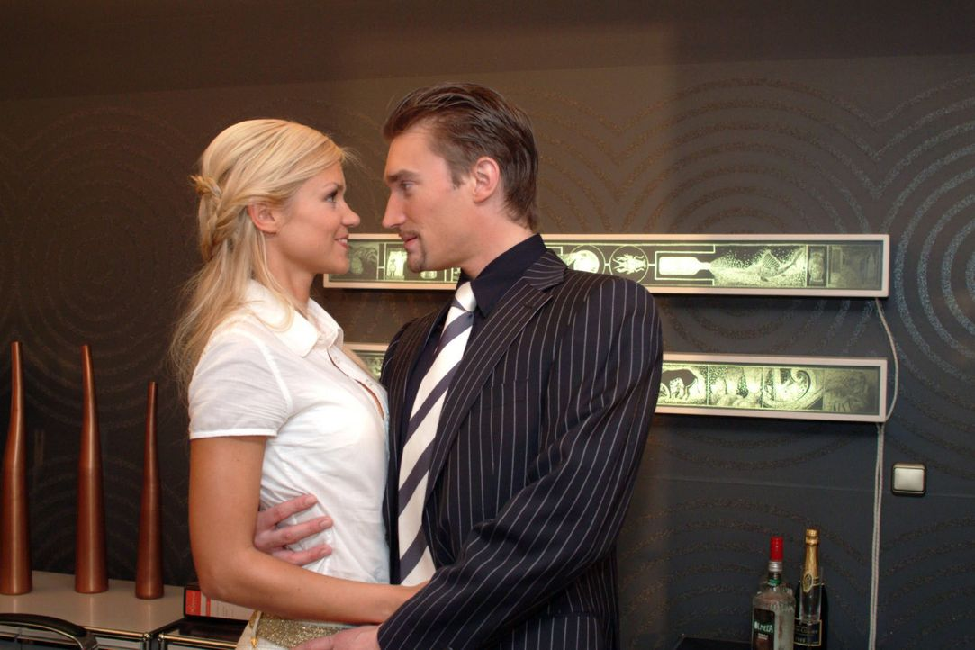 Sabrina (Nina-Friederike Gnädig, l.) tröstet den zerknirschten Richard (Karim Köster, r.). Richard macht sich kaum noch Hoffnungen, dass er Gesch... - Bildquelle: Monika Schürle Sat.1