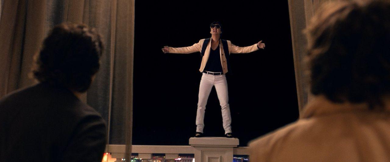 Hofft auf einen Freiflug: Im Drogenrausch und mit flugfähigem Gepäck auf dem Rücken plant Leslie Chow (Ken Jeong) seine spektakuläre Flucht ... - Bildquelle: 2013 Warner Brothers