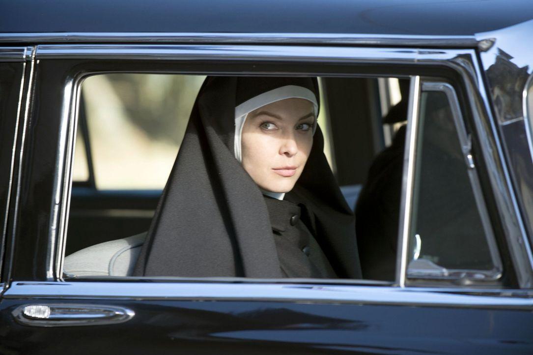 Noch ahnt Josie Sands (Alaina Huffman) nicht, welche Auswirkung der Fund des seltsamen Wappens für sie beide haben wird ... - Bildquelle: 2013 Warner Brothers