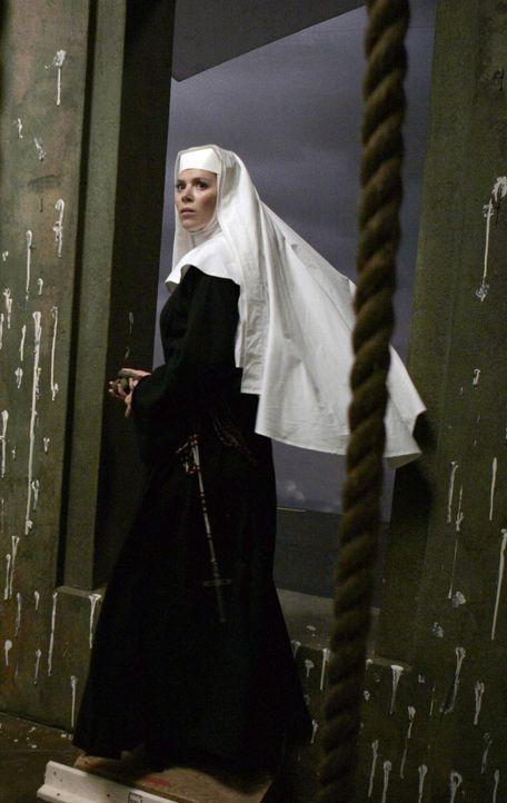 Als Nonne verkleidet gibt sich Chuck (Anna Friel) als Ermittlerin des Vatikans aus, um hinter die Todesursache von Schwester Larue zu kommen ... - Bildquelle: Warner Brothers