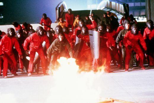 Die Affen unter der Leitung Cäsars (Roddy McDowall, M.), proben den Aufstand...
