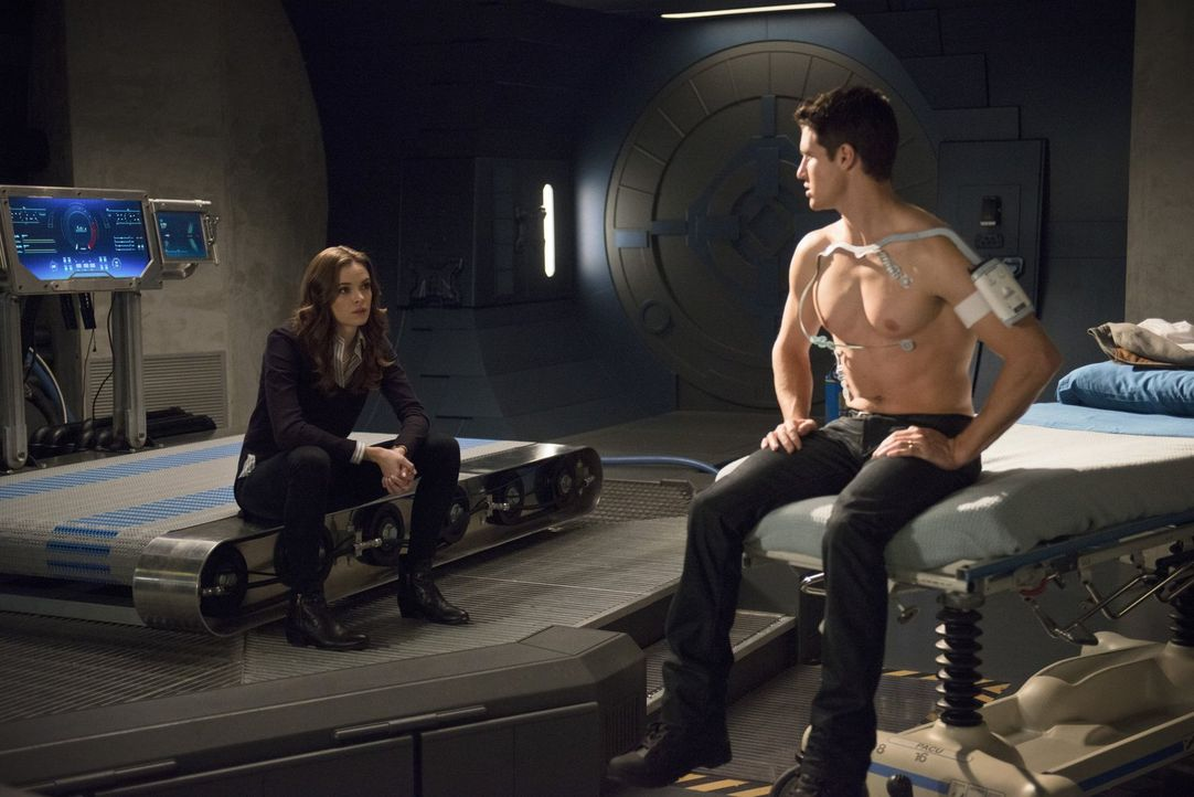 Caitlin (Danielle Panabaker, l.) versucht Ronnie bzw. Martin Stein (Robbie Amell, r.) zu helfen, doch haben sie wirklich die Möglichkeiten dafür? - Bildquelle: Warner Brothers.