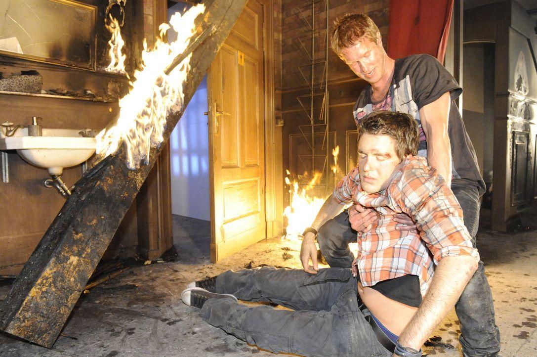Lars (Alexander Klaws, l.) sucht hingegen in den Flammen noch immer inständig nach Lily und gerät dabei selbst in die Feuerfalle. Als Lily und Ing... - Bildquelle: SAT.1
