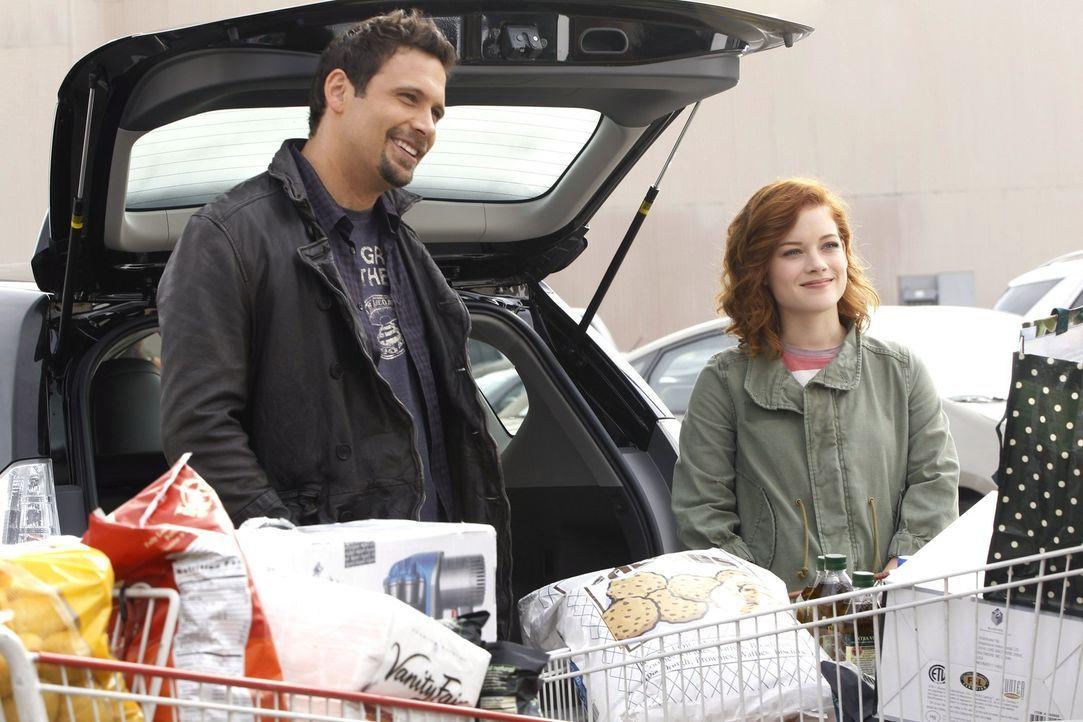 Können nicht fassen, dass Dallas eine große Geburtstagsparty für Tessa organisieren möchte: George (Jeremy Sisto, l.) und Tessa (Jane Levy, r.)... - Bildquelle: Warner Bros. Television