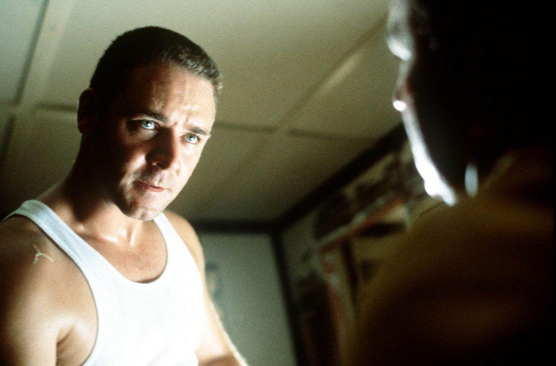 Detektiv Bud White (Russel Crowe, l.) benützt seine ganz eigenen Verhörmethoden ... - Bildquelle: Warner Bros.