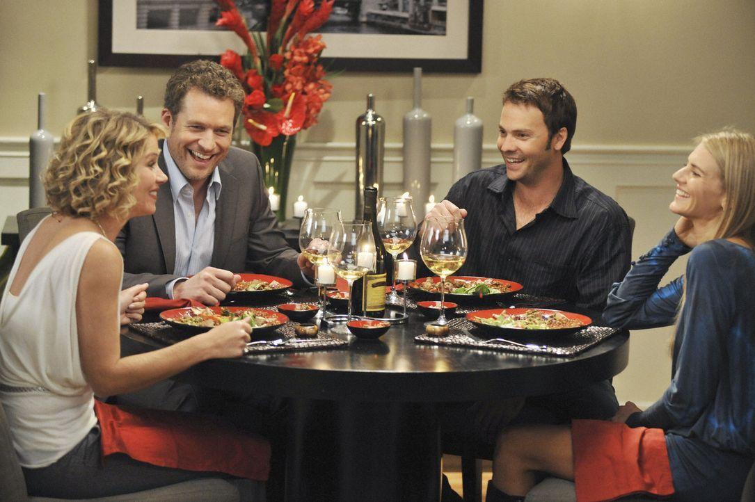 Samantha (Christina Applegate, 2.v.l.) lädt Owen (James Tupper, 2.v.r.), Todd (Barry Watson, l.) und Willow (Eliza Coupe, r.) zum Essen in die Wohn... - Bildquelle: 2008 American Broadcasting Companies, Inc. All rights reserved.