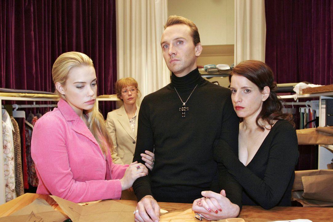 Kim (Lara-Isabelle Rentinck, l.), Lisa (Alexandra Neldel, 2.v.l.) und Inka (Stefanie Höner, r.) müssen hilflos Hugos (Hubertus Regout, 2.v.r.) Ver... - Bildquelle: Noreen Flynn Sat.1