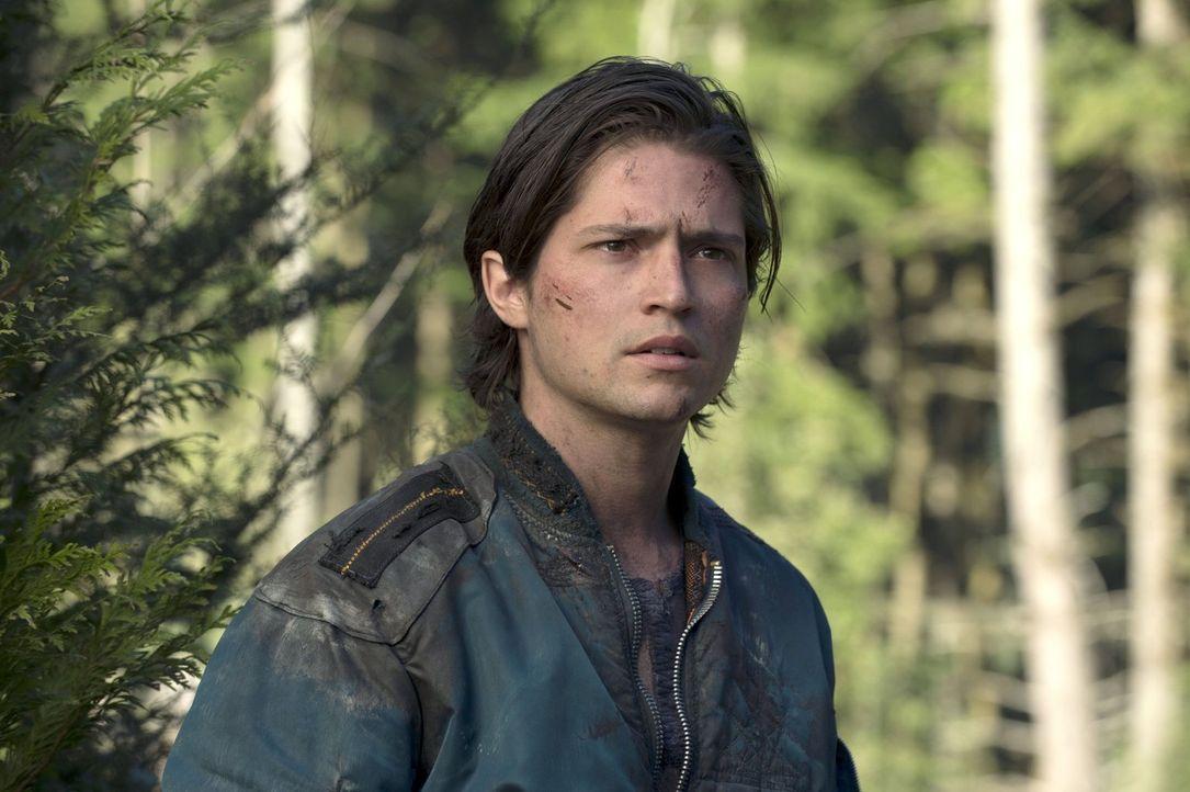 Der giftige Nebel treibt Finn (Thomas McDonell) und Clarke mal wieder gemeinsam in den Bunker ... - Bildquelle: 2014 Warner Brothers