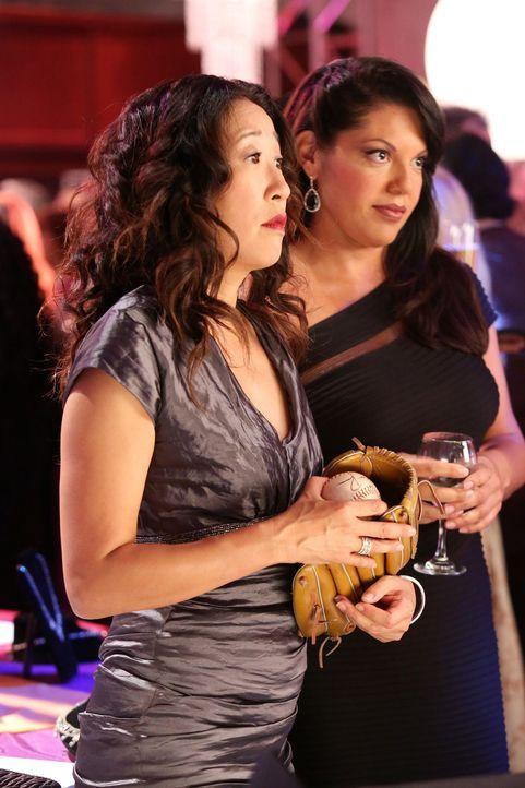 Auf der Spendengala gibt sich Callie (Sara Ramirez, r.) als Witwe aus, während Christina (Sandra Oh, l.) aufgrund eines plötzlichen Anrufs ins Kra... - Bildquelle: ABC Studios