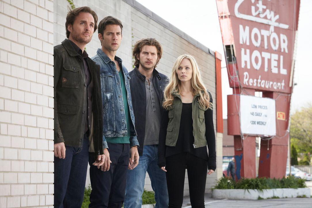 Nachdem Elena (Laura Vandervoort, r.) und Clay (Greyston Holt, 2.v.r.) der Spur eines mörderischen Wolfes gefolgt sind, versuchen sie zusammen mit N... - Bildquelle: 2014 She-Wolf Season 1 Productions Inc.