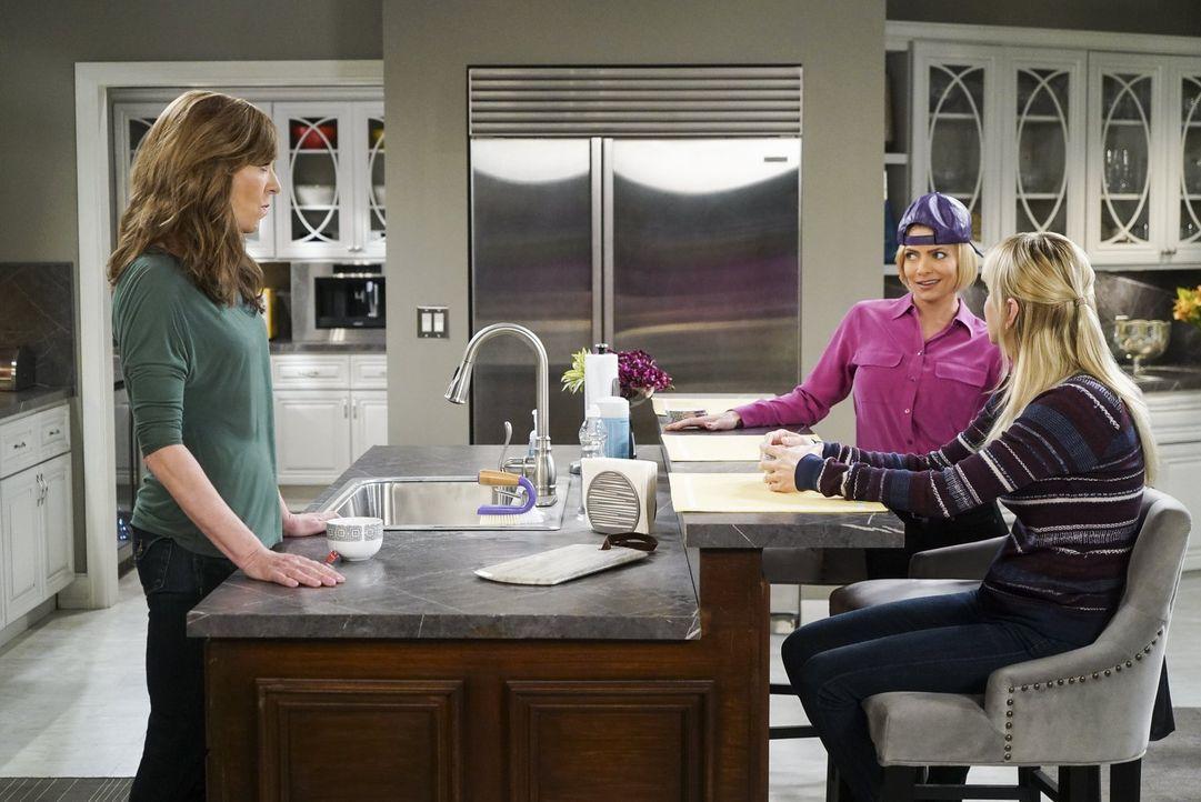 Ihr neues Leben als Adoptivmutter findet Jill (Jaime Pressly, M.) zunächst gewöhnungsbedürftig. Bonnie (Allison Janney, l.) und Christy (Anna Faris,... - Bildquelle: 2016 Warner Bros. Entertainment, Inc.