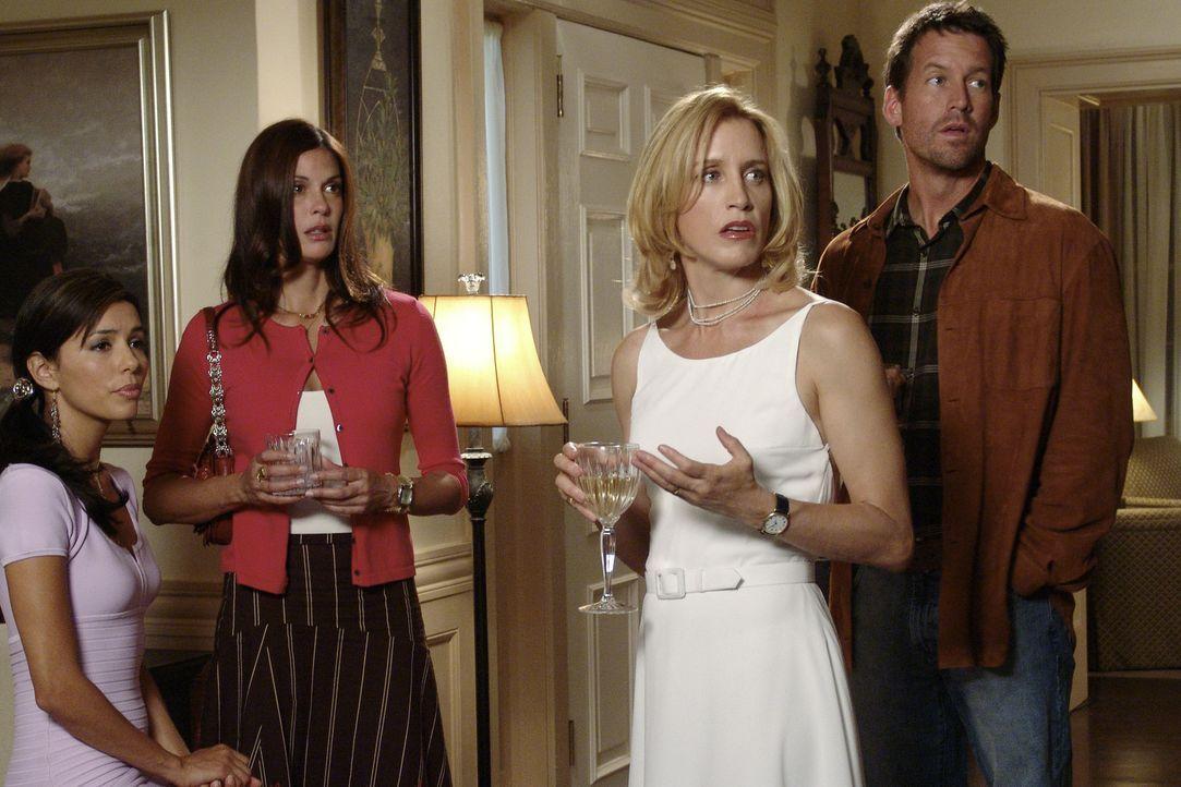 Als Rex während der Party von der Ehetherapie erzählt, sind Gabrielle (Eva Longoria, l.), Susan (Teri Hatcher, 2.v.l.), Lynette (Felicity Huffman,... - Bildquelle: Touchstone Television