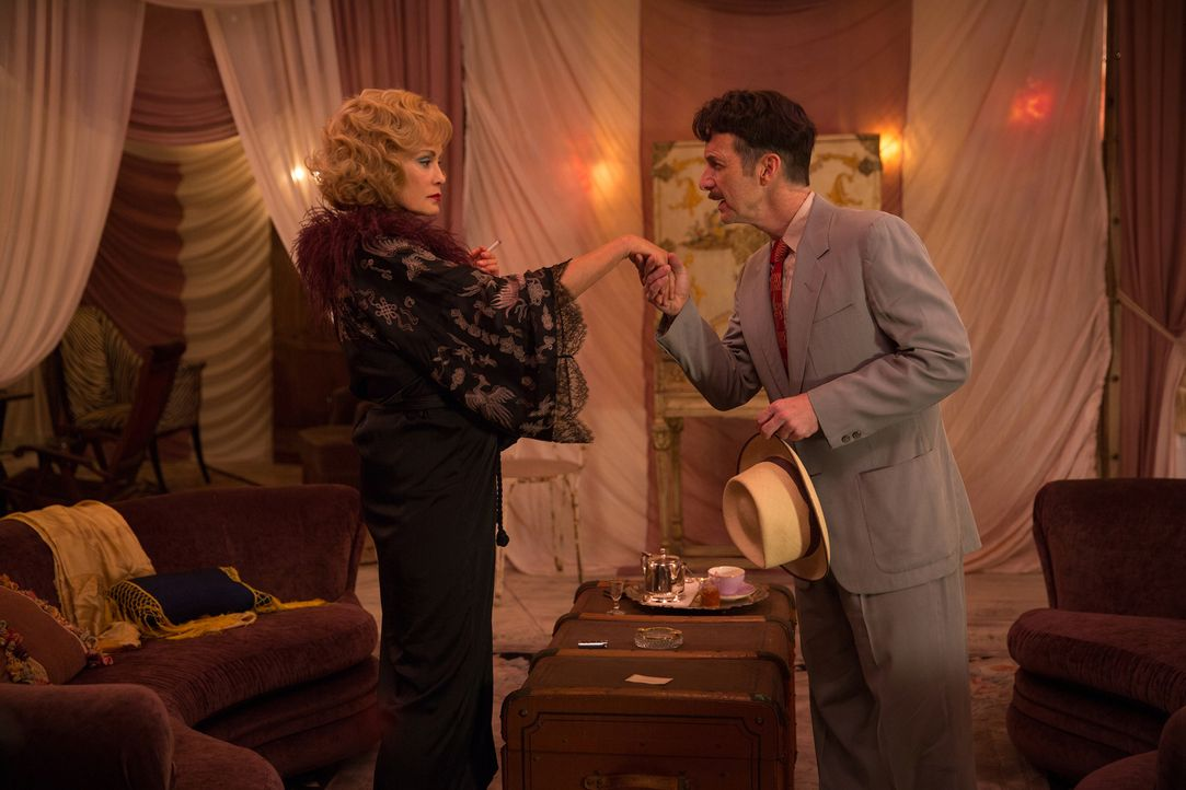 Stanley (Denis O'Hare, r.) nutzt Elsas (Jessica Lange, l.) unermüdlichen Wunsch nach Ruhm, um ohne Probleme an all die kostbaren Freaks heranzukomme... - Bildquelle: 2014-2015 Fox and its related entities. All rights reserved.