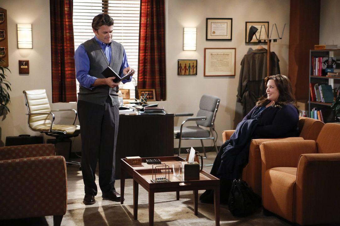 Molly (Melissa McCarthy, r.) geht widerwillig zu Dr. Gayle Rosen (John Michael Higgins, l.), einem Therapeuten, nachdem Mike sie aus guten Gründen d... - Bildquelle: Warner Brothers