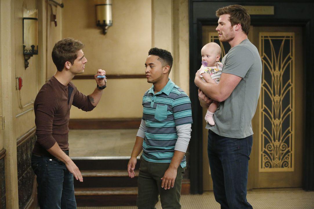 Können nicht glauben, dass Bonnie nebenan eingezogen ist: Danny (Derek Theler, r.), Tucker (Tahj Mowry, 2.v.l.) und Ben (Jean-Luc Bilodeau, l.) ... - Bildquelle: Kelsey McNeal ABC Family