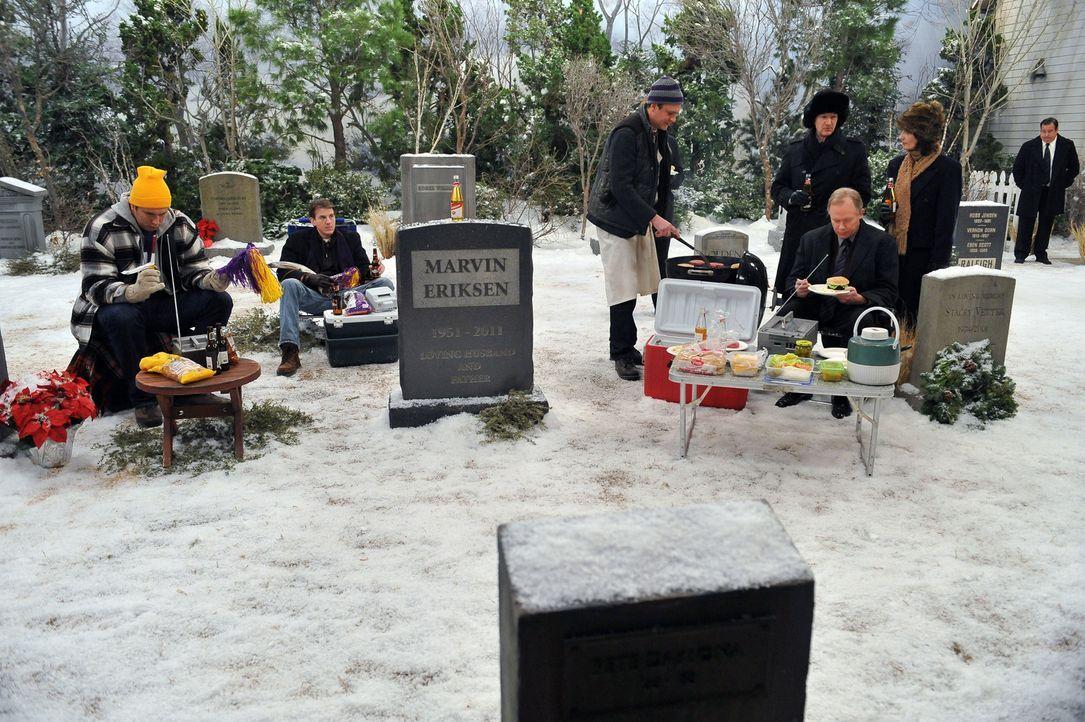 Nachdem die Freunde Silvester gefeiert haben, macht Marshall (Jason Segel, 3.v.l.) sich auf den Weg zum Grab seines Vaters, um die Tradition des Pic... - Bildquelle: 20th Century Fox International Television