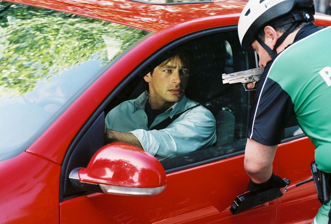 Verzweifelt versucht Ben (Jan Sosniok, l.), die Polizei auf sein lebensgefährliches Dilemma aufmerksam zu machen. Doch der Versuch geht nach hinten... - Bildquelle: Thekla Ehling Prosieben