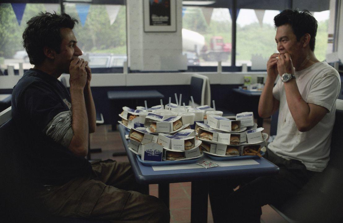 Haben auf ihrer irren Reise zum White Castle-Burger allerhand durchgemacht: Harold (John Cho, r.) und Kumar (Kal Penn, l.) ...