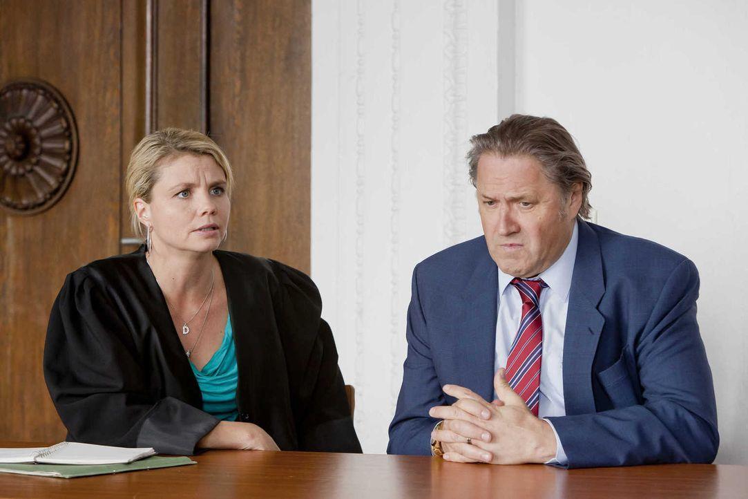 Danni (Annette Frier, l.) erfährt, dass Strecker (Michael Brandner, r.) während seiner Arbeitszeit von einer Kamera überwacht wurde und kann durch d... - Bildquelle: Frank Dicks SAT.1