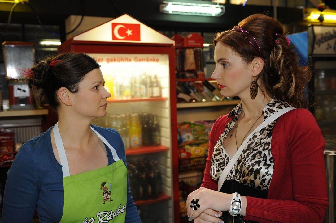 Manu (Marie Zielcke, r.) ist fassungslos, als Eva (Anett Heilfort, l.) ihre Freundschaft in Frage stellt ... - Bildquelle: SAT.1