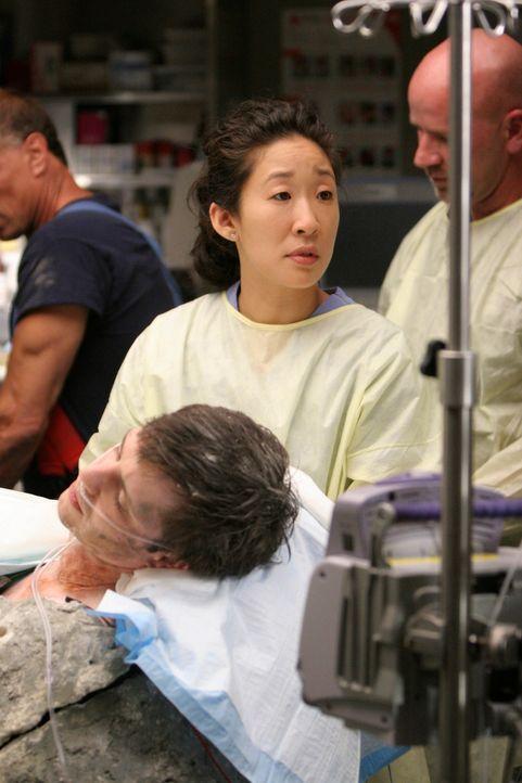 Bei einer Mutprobe hat sich Andrew (James Immekus, vorne) in Zement gießen lassen - ein blöder Fehler, denn Cristina (Sandra Oh, M.) und ihre Koll... - Bildquelle: Touchstone Television