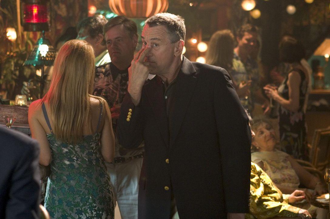 Als Jack (Robert, De Niro, r.) in einem jungen Latino einen Sohn Gregs zu erkennen glaubt, ist das Chaos vorprogrammiert. Von nun an lässt er Greg... - Bildquelle: DreamWorks SKG