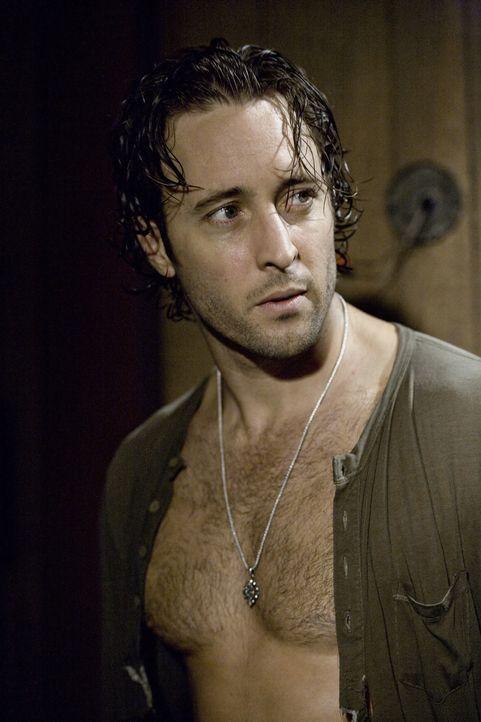 Nach der anstrengenden Suche quer durch die Wüste, braucht Mick (Alex O'Loughlin) dringend Stärkung: Blut! - Bildquelle: Warner Brothers