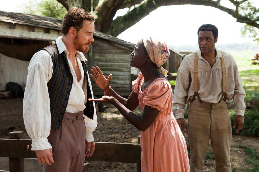 In die Sklaverei verkauft, fällt der einst freie Afroamerikaner Solomon (Chiwetel Ejiofor, r.) unter die Gewalt des brutalen Sklaventreibers Edwin E... - Bildquelle: TOBIS FILM