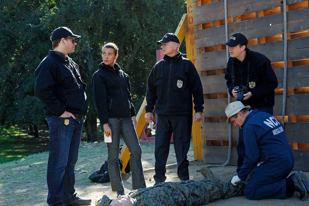 Als Lance Corporal Crowe tot aufgefunden wird, beginnen DiNozzo (Michael Weatherly, l.), Ziva (Cote de Pablo, 2.v.l.),  Gibbs (Mark Harmon, M.), Duc... - Bildquelle: CBS Television