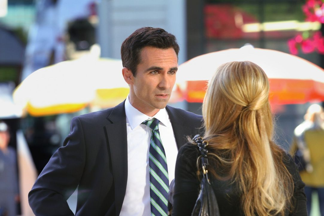 Der FBI-Agent Machado (Nestor Carbonell, l.) ist etwas verwundert, dass die vermeintliche Siobhan (Sarah Michelle Gellar, r.) plötzlich doch Kontak... - Bildquelle: 2011 THE CW NETWORK, LLC. ALL RIGHTS RESERVED