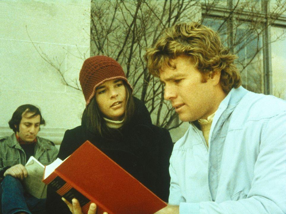 Oliver Barrett (Ryan O'Neal, r.), Millionärssohn und Eishockey begeisterter Jurastudent an der renommierten Harvard-Universität, lernt die hochbeg... - Bildquelle: Paramount Pictures