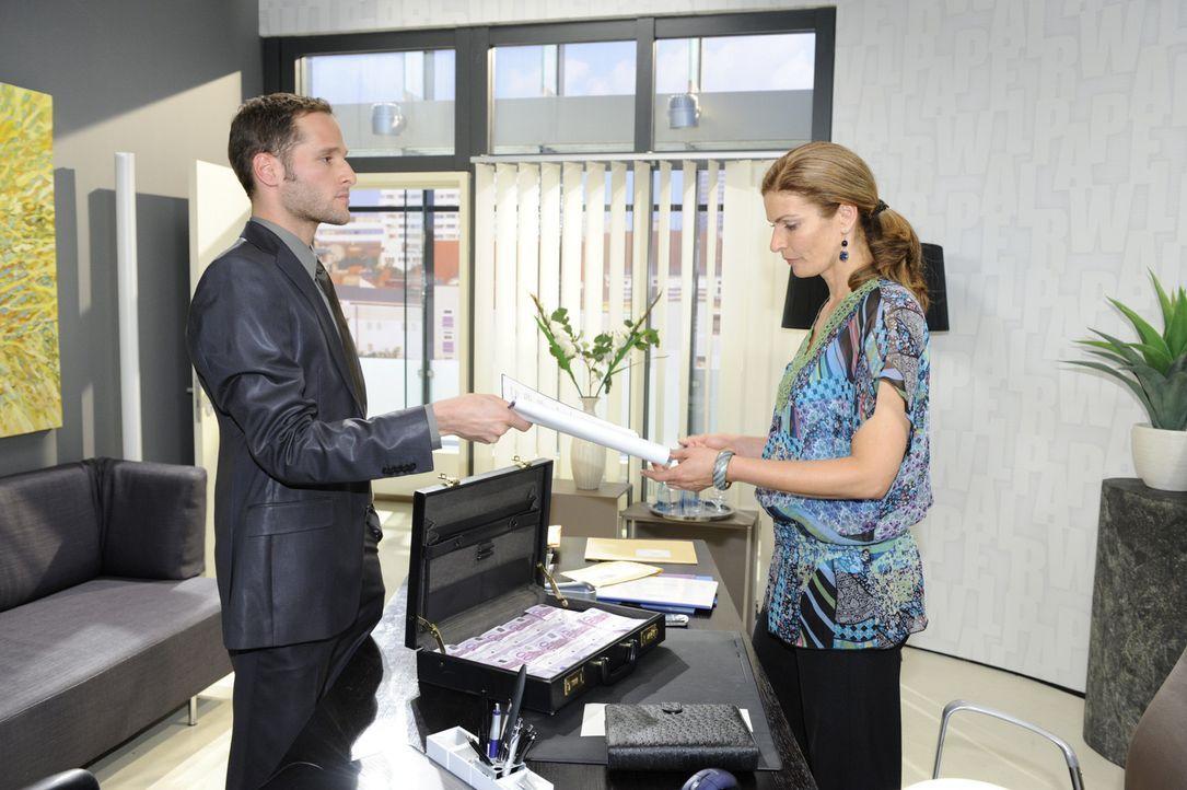 David (Lee Rychter, l.) erpresst von Natascha (Franziska Matthus, r.) den Verkauf ihrer Agentur-Anteile ... - Bildquelle: Sat.1