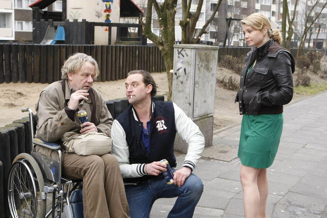 Danni (Annette Frier, r.) ist total geschockt, als ihr Mann Andi (Christian Kahrmann, M.), von dem sie seit fünf Jahren getrennt lebt, plötzlich v... - Bildquelle: SAT.1